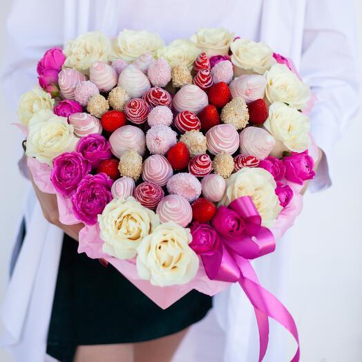 """Сердце из роз и клубники в бельгийском шоколаде """"Нежные чувства"""""""