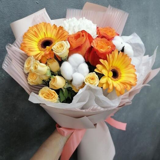 Персиковый букет из кустовых роз и гербер