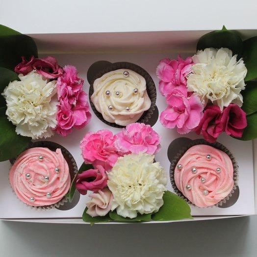 Коробочка с 3-мя капкейками и цветами: букеты цветов на заказ Flowwow