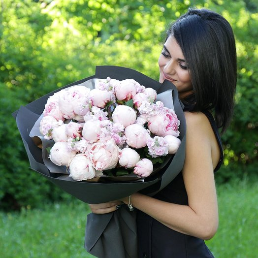 Большой букет из пионов и маттиол: букеты цветов на заказ Flowwow