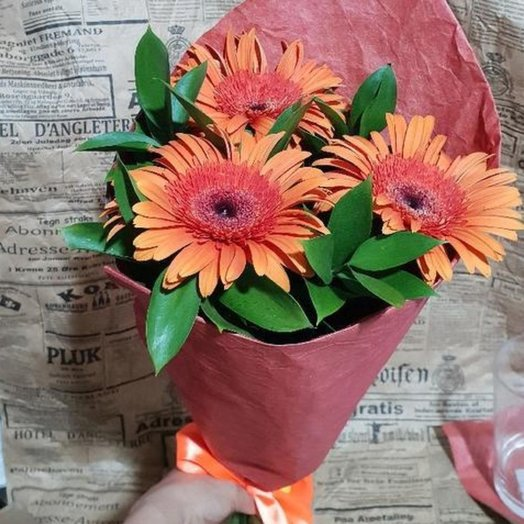 Гербера с рускусом в крафте от Floristic World: букеты цветов на заказ Flowwow