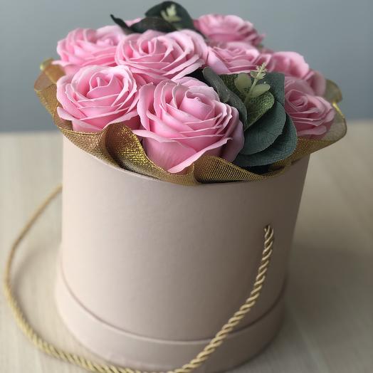 Розы мыльные премиум в коробке с золотой парчовой лентой: букеты цветов на заказ Flowwow