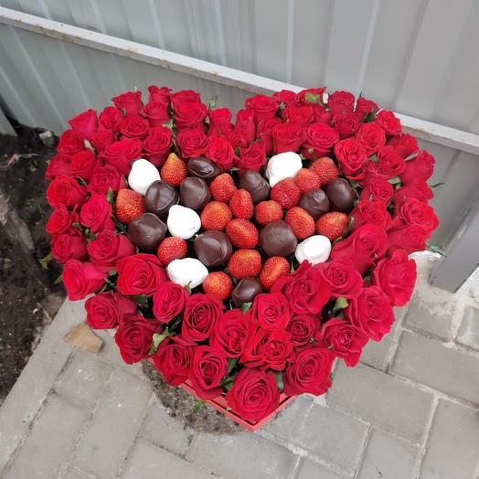Коробка сердце из клубники и роз: букеты цветов на заказ Flowwow