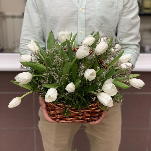 Корзина с белыми тюльпанами: букеты цветов на заказ Flowwow