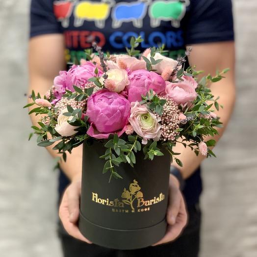 Нежная коробочка с пионами и ранукулюсами: букеты цветов на заказ Flowwow