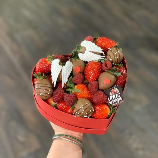 Клубника в коробке в форме сердца: букеты цветов на заказ Flowwow