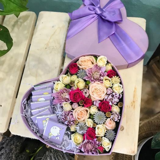Сердце с цветами и тематический шоколадом