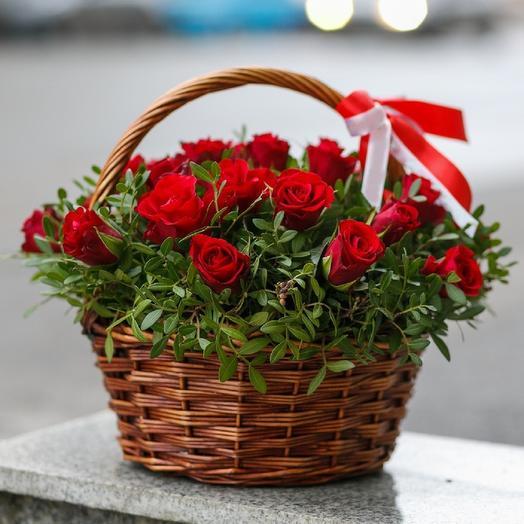 Корзина красных роз в зелени