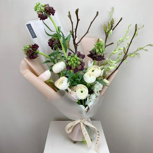 Весенний букет с фритиллярией и цветущими ветками