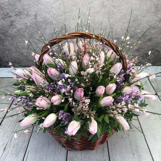 """Корзина с  47 тюльпанами""""Весенний поцелуй"""""""