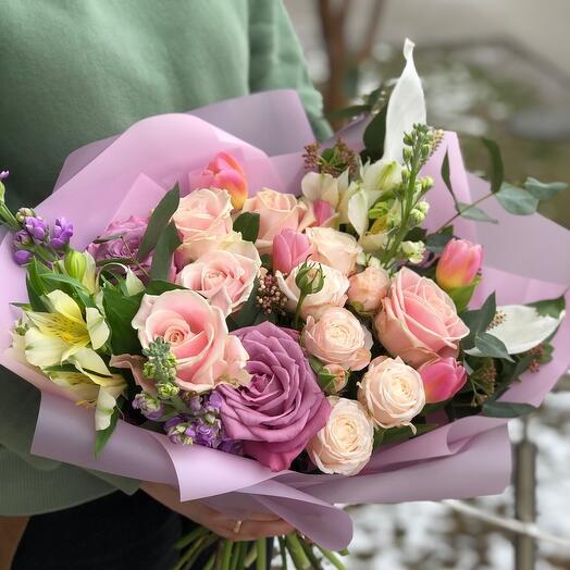 Нежный букет с розами и антуриумом