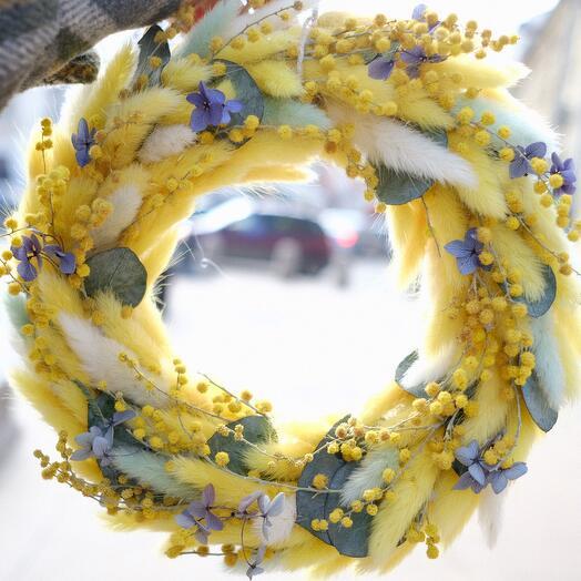 Желтый пасхальный венок из сухоцветов
