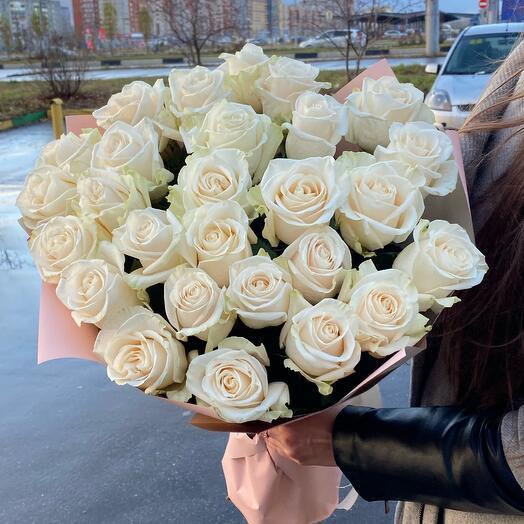 Букет из 25 кремовых роз в дизайнерской упаковке