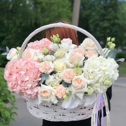 Корзина с цветами в нежных оттенках