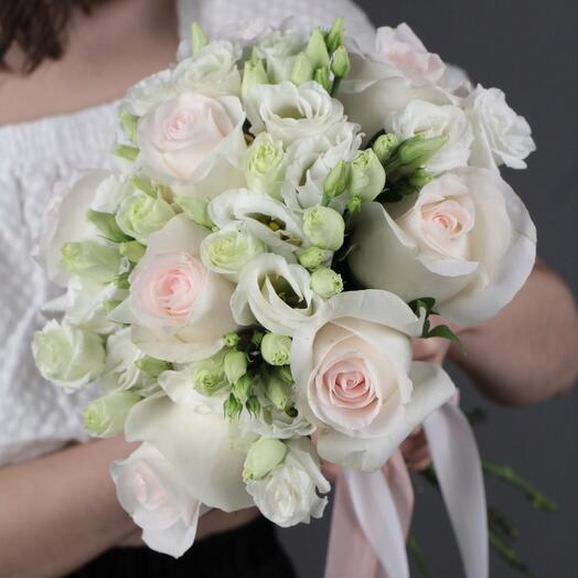 Свадебный букет «Роза и лизиантус»