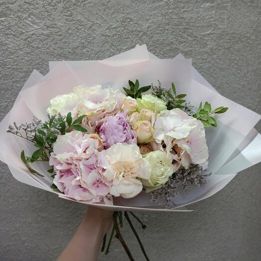 Нежный букет с пионом, гортензией и пионовидными розами
