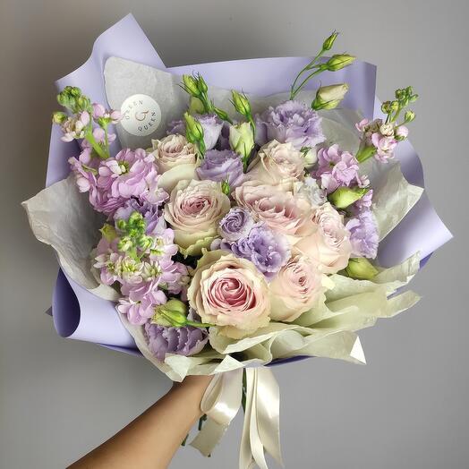 Лавандовый букет с розой и эустомой