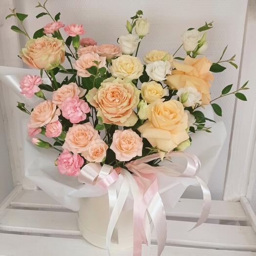 Коробочка с нежными розами и эустомой