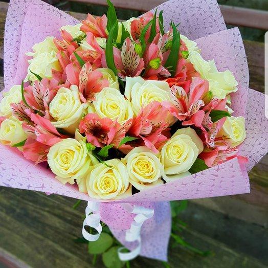 Букет из 21 розы и 10 альстромерий: букеты цветов на заказ Flowwow