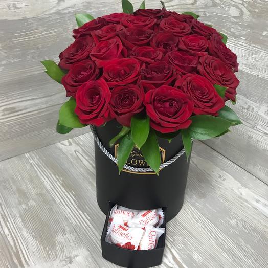 25 красных роз в коробке с конфетами: букеты цветов на заказ Flowwow