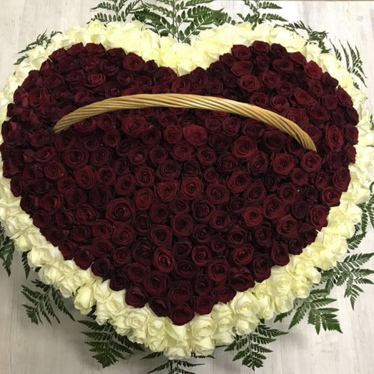 Корзина с сердцем: букеты цветов на заказ Flowwow