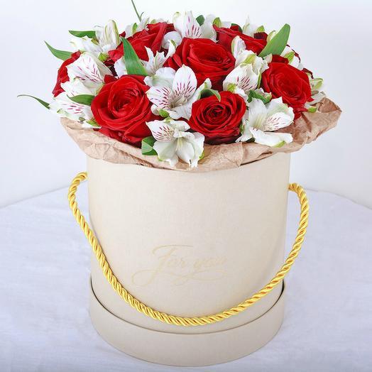 Роза  в шляпной коробке 15 шт. с альстромерией