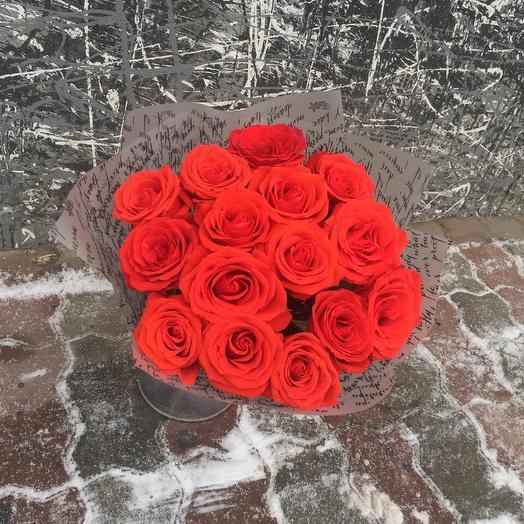 Букет из алых роз в стильной упаковке: букеты цветов на заказ Flowwow