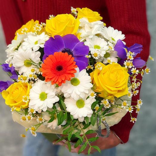 Яркий букет с розой, анемоном и хризантемой в коробке