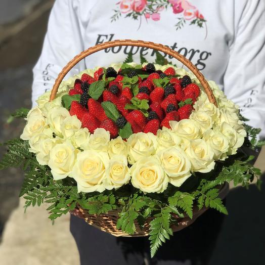 Корзины с цветами . Розы, Клубника,Голубика. N388: букеты цветов на заказ Flowwow
