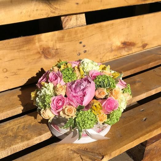 Цветочная композиция в шляпной коробке: букеты цветов на заказ Flowwow