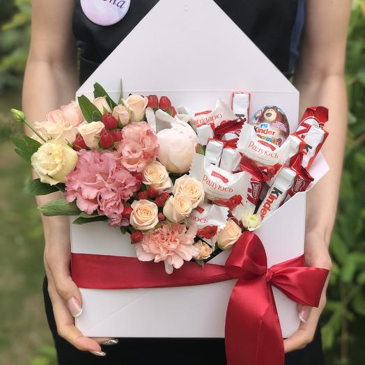 Конверт с цветами и сладостями