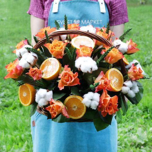 Корзина с апельсином, хлопком и розами: букеты цветов на заказ Flowwow