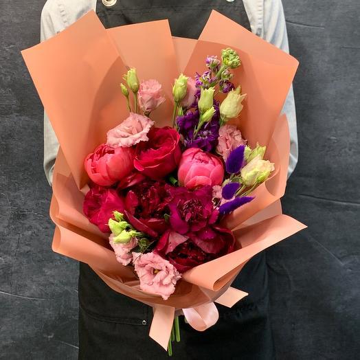 Букет с пионами, розами и лизиантусом «ягодны десерт»: букеты цветов на заказ Flowwow