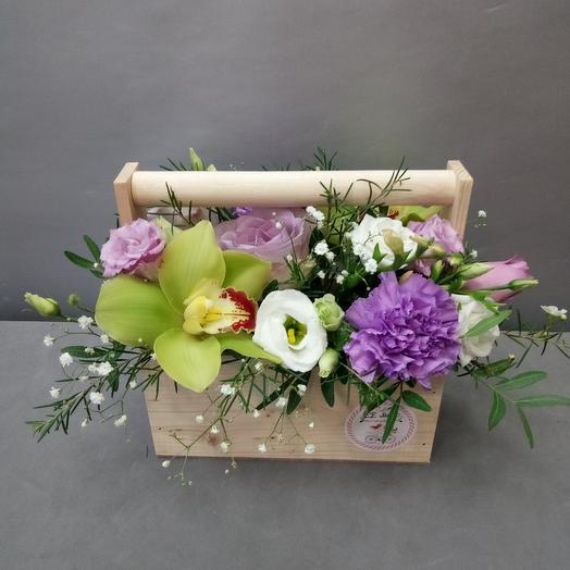 Ящик с орхидеей и сиреневой розой