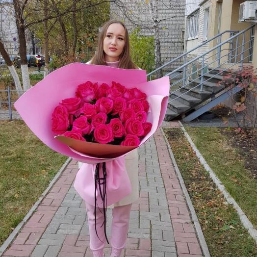 Букет из 25 розовых роз в дизайнерской упаковке