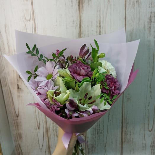 Красивый и ароматный с лилией и ассорти цветов