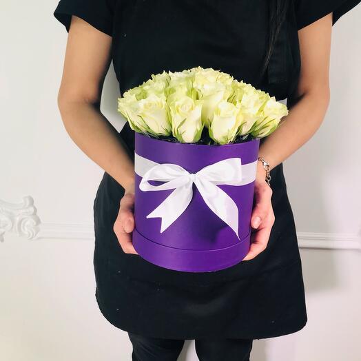 27 белых роз в шляпной коробке (коробка конфет в подарок, условия в описании)