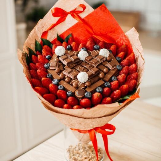 Сладкий букет со свежей клубникой «Сладкий Амур»