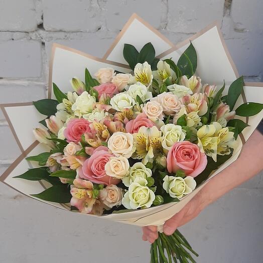 Букет с пионовидной и кустовой розой