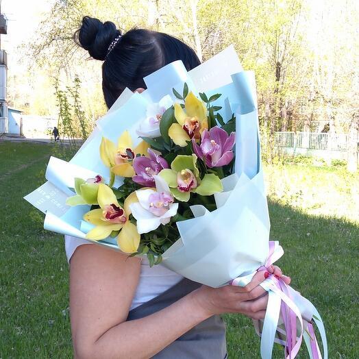 Монобукет из разноцветной орхидеи