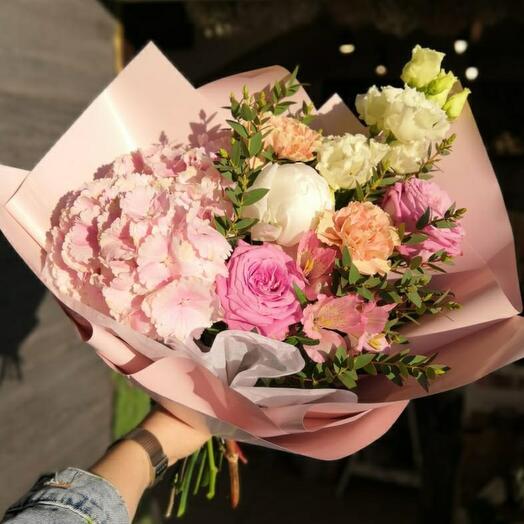 Букет с гортензией, пионом,розой