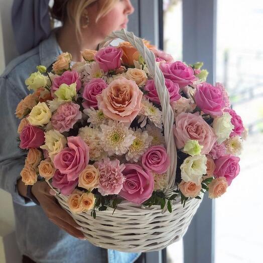 Корзина сезонных цветов