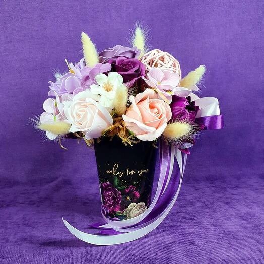 Стильный стаканчик из мыльных цветов и сухоцветов