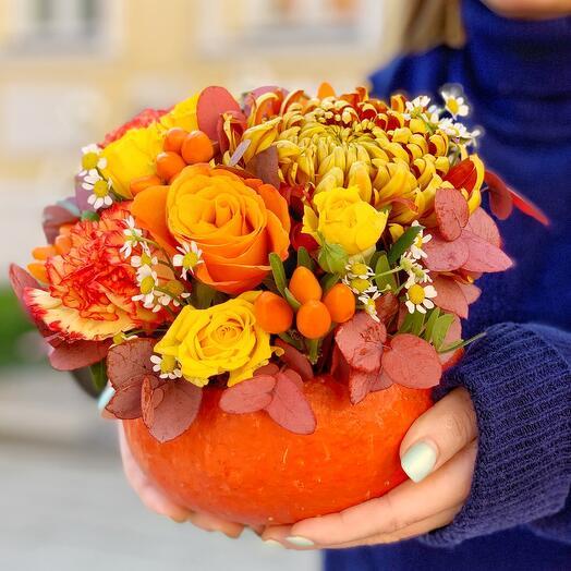 Яркая осенняя композиция в тыкве с плодами перчиков, хризантемой Том Пирс и розами