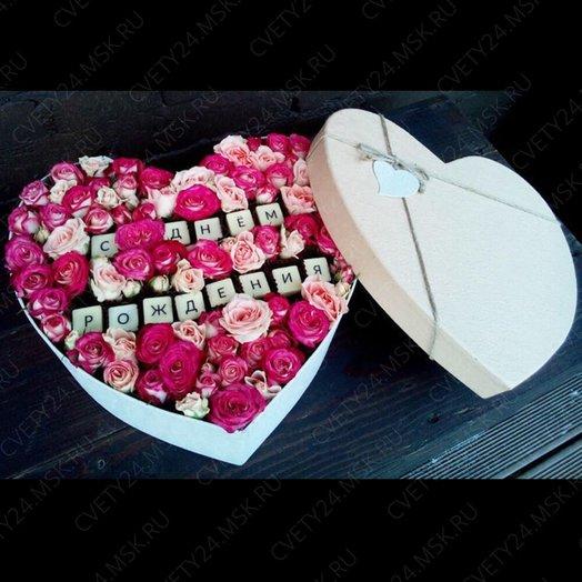 Коробка с кустовыми розами и шоколадными буквами: букеты цветов на заказ Flowwow