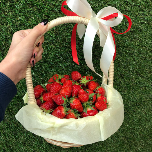 Корзинка свежей клубники: букеты цветов на заказ Flowwow