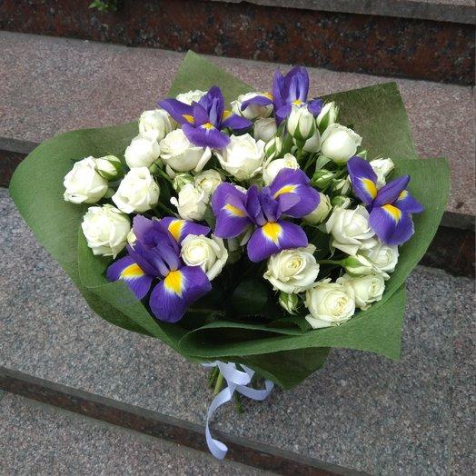 Розы кустовые с ирисами: букеты цветов на заказ Flowwow