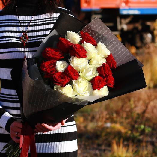 Букет из красных и белых роз в дизайнерской упаковке