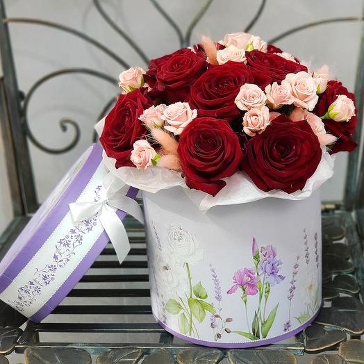 Букет из красных и розовых роз в шляпной коробке: букеты цветов на заказ Flowwow