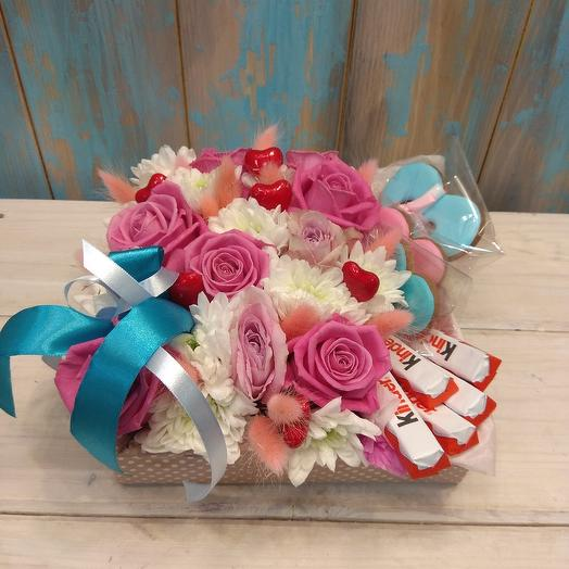 Нежная композиция с имбирными пряниками и киндером: букеты цветов на заказ Flowwow